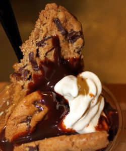 Chocolate Chunk Cookie Hot Fudge Sundae do Storybook Treats